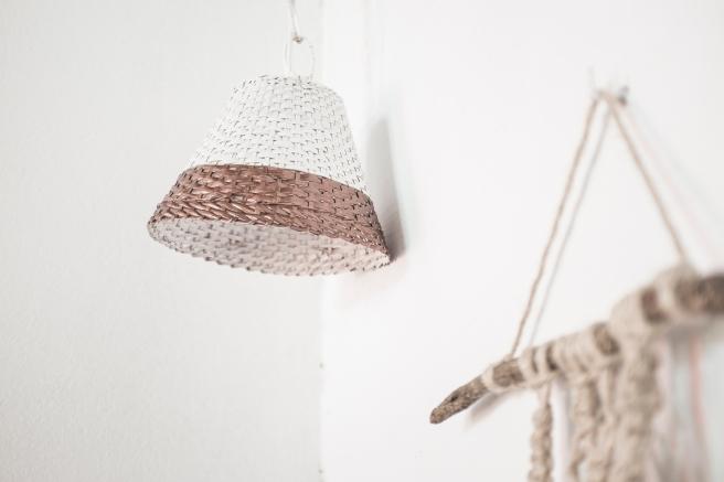 lámpara mimbre fibra natural pintada blanca y cobre pipolart